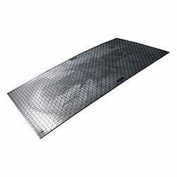工事用 樹脂製 敷板 Wボード (両面滑り止めタイプ) 4x8 (1219×2438) 黒 厚み=約20mm ウッドプラスチックテクノロジー プラスチック養生板 両面凸 個人宅配送不可